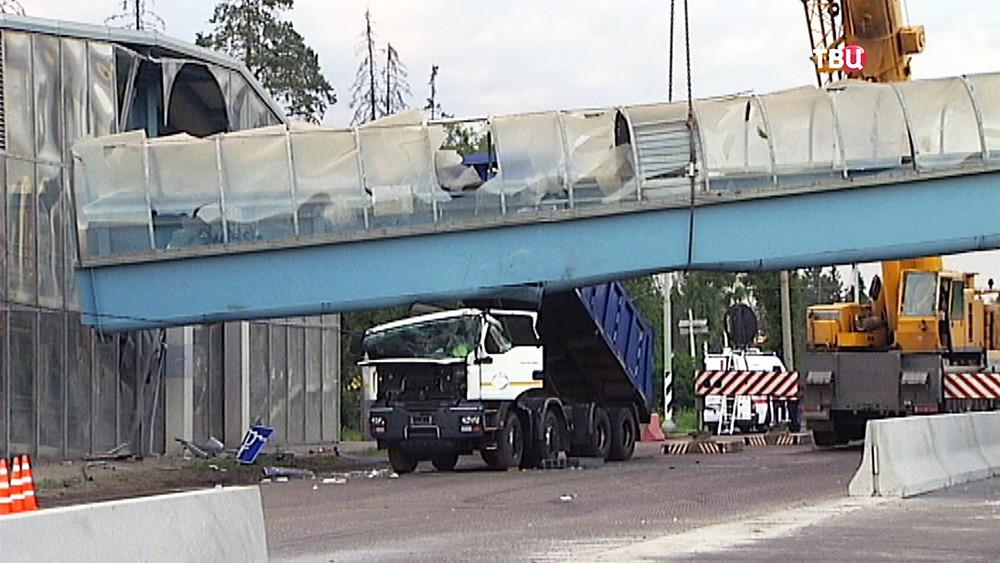 Обрушение пешеходного моста