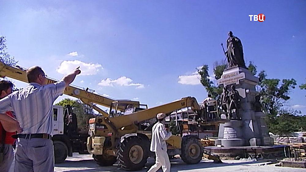 Установка памятника Екатерине II в Симферополе