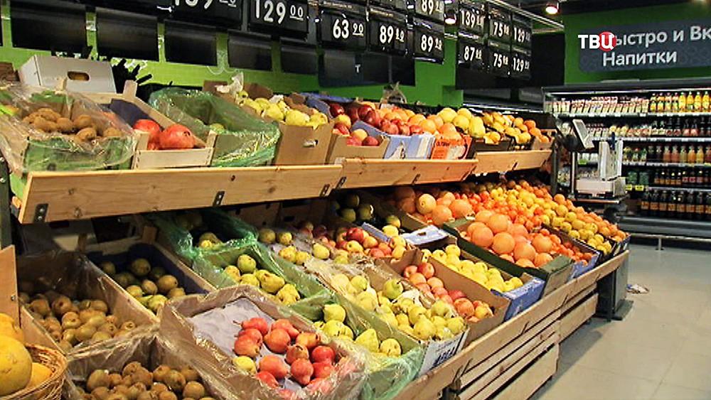 Фрукты на прилавке в супермаркете