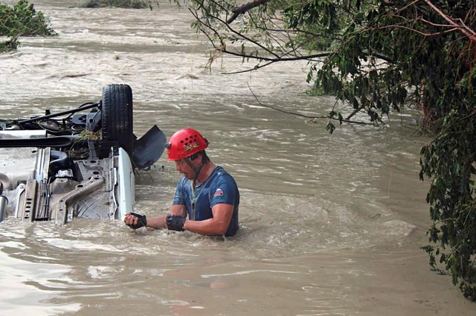 Работа спасателей МЧС во время наводнения