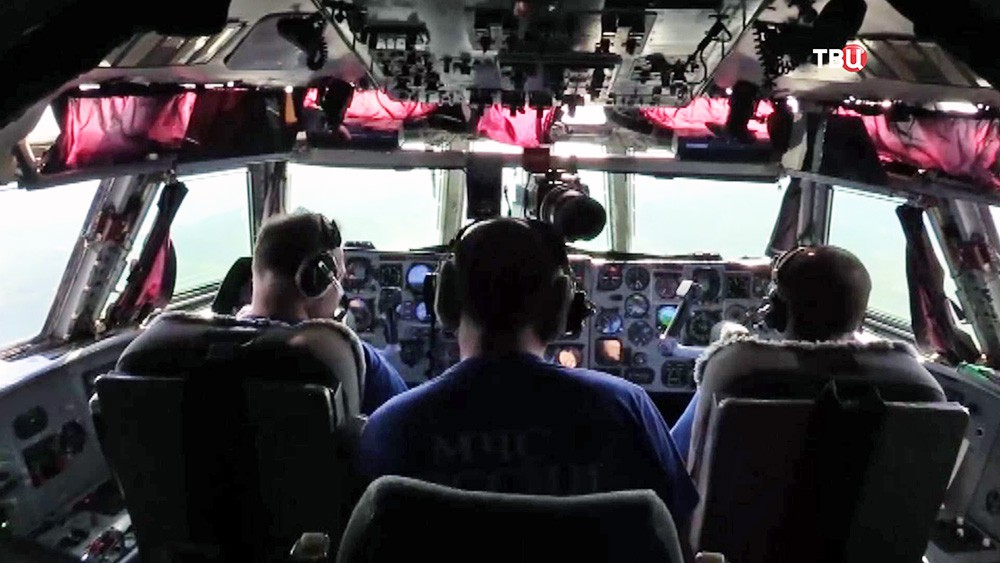 Пилоты на борту спецборта МЧС