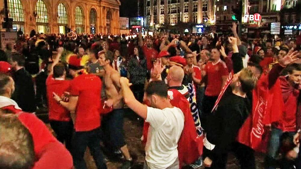 Футбольные фанаты сборной Уэльса