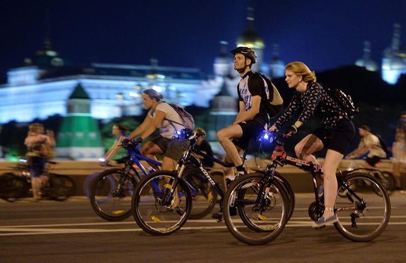 Участники ночного велопарада в Москве