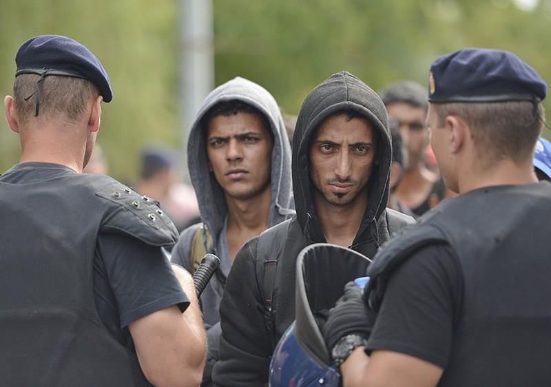 Мигранты во время задержания полицией