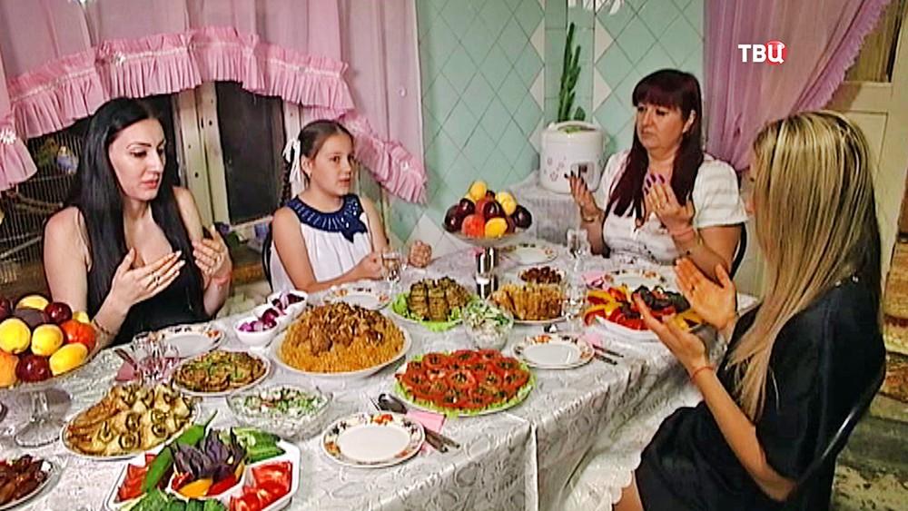 Мусульмане празднуют Ураза-байрама у кругу семьи