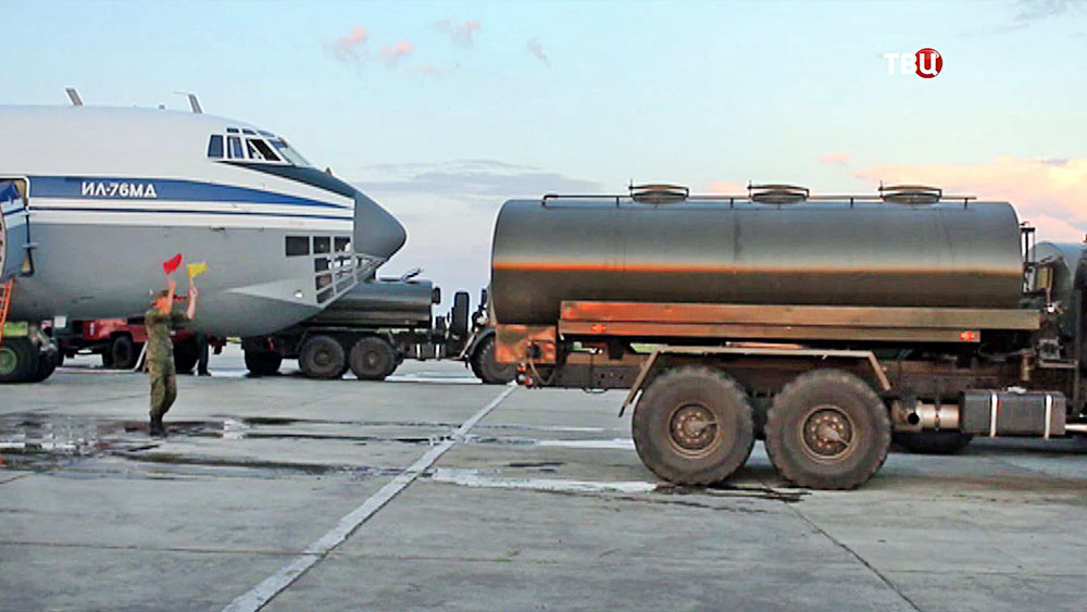 Заправка самолета Ил-76 МД