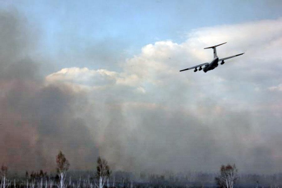 Самолет МЧС тушит лесные пожары