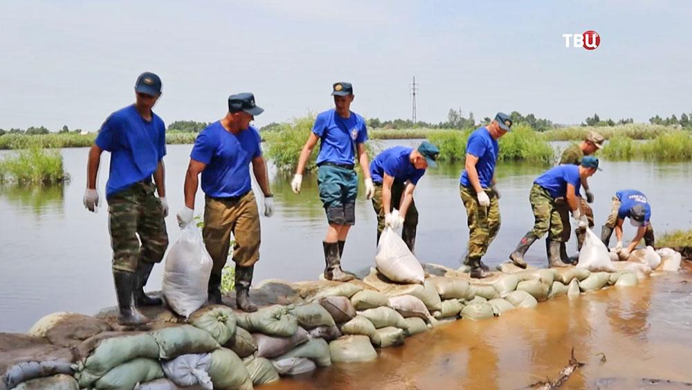 Спасатели МЧС сооружают платину в зоне паводка