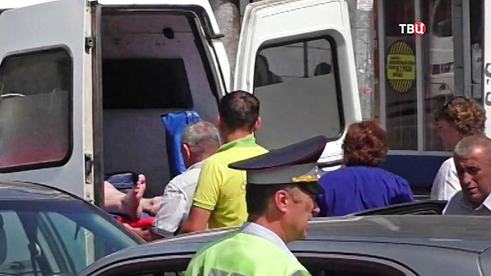 Скорая увозит пострадавшего в ДТП
