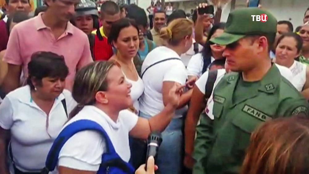 Женщины Венесуэлы незаконно прорвались через границу с Колумбией