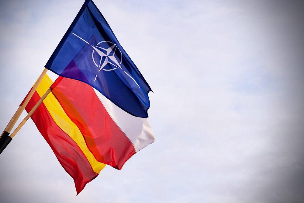 Флаги НАТО и Польши