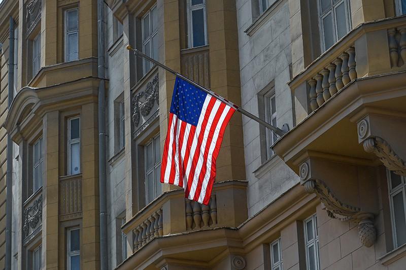 Флаг США на здании посольства в Москве