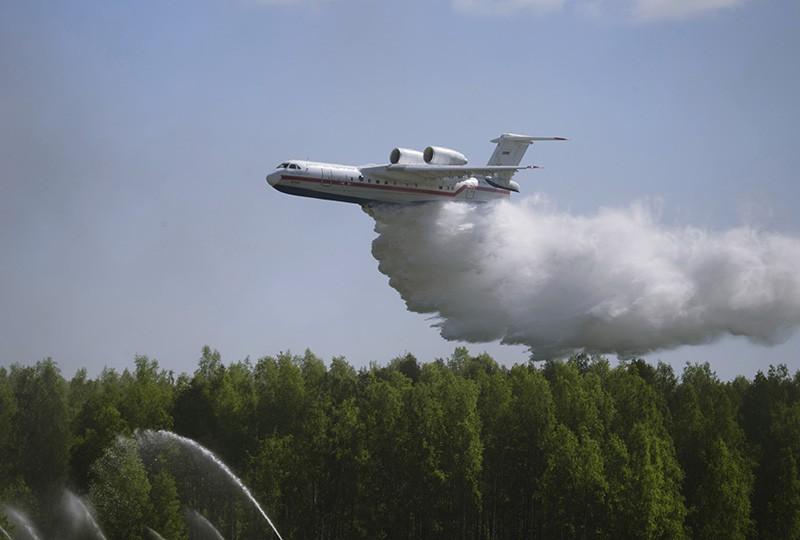 Самолет МЧС Бе-200ЧС во время тушения пожара