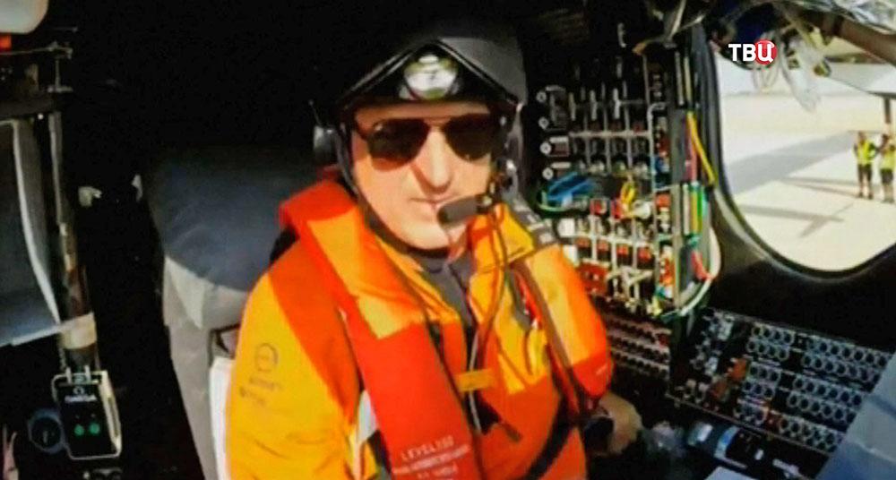 Пилот самолета на солнечных батареях Solar Impulse 2