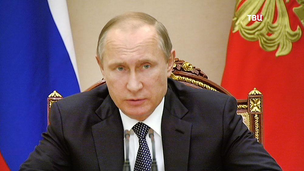 Президент России Владимир Путин на совещании с членами правительства
