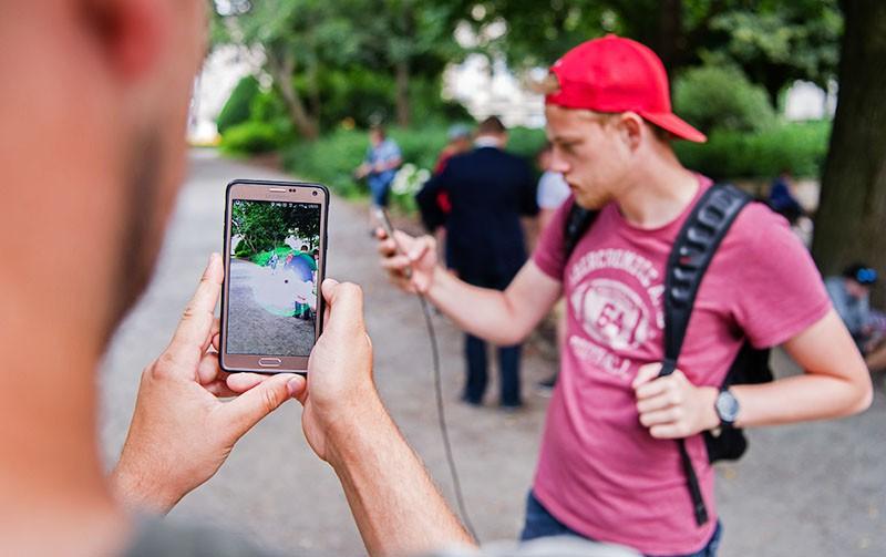 Люди играющие в Pokemon GO