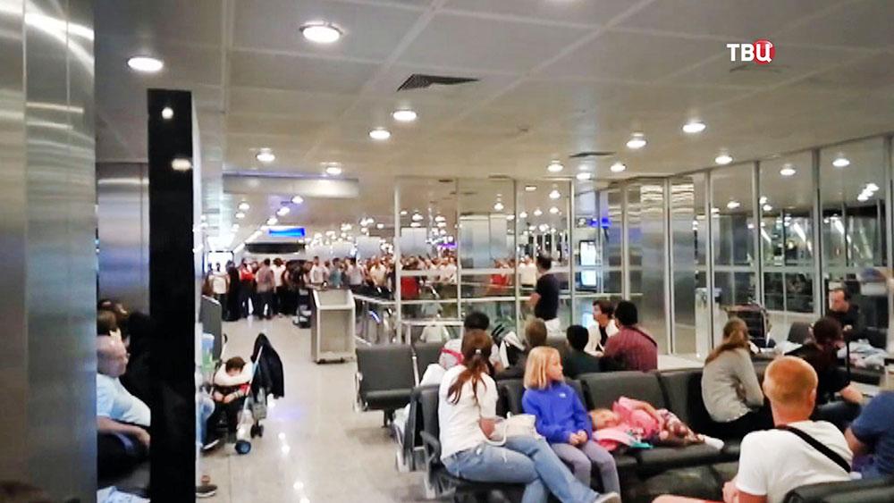 Туристы в аэропорту в Турции