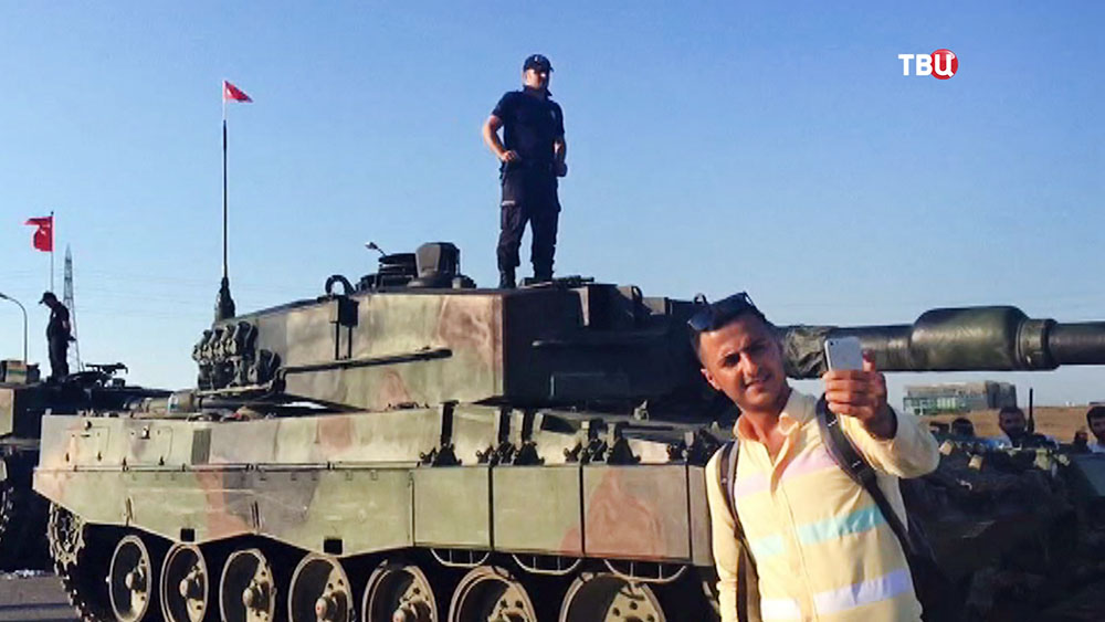 Туристы на фоне турецких военных