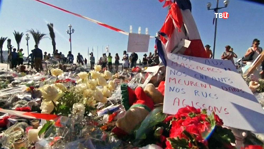 Цветы на месте о теракта в Ницце