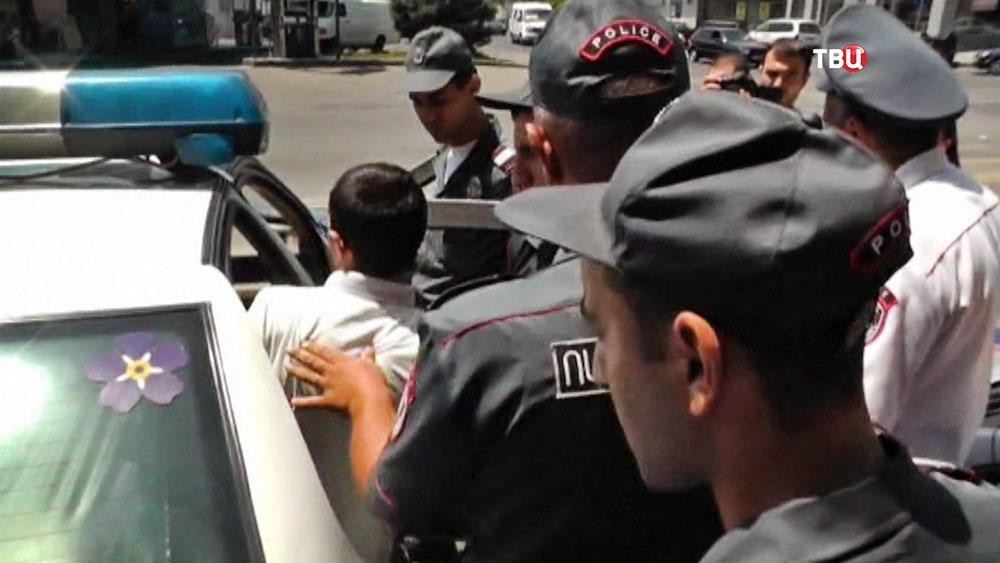 Полицейскии Армении увозят задержанного
