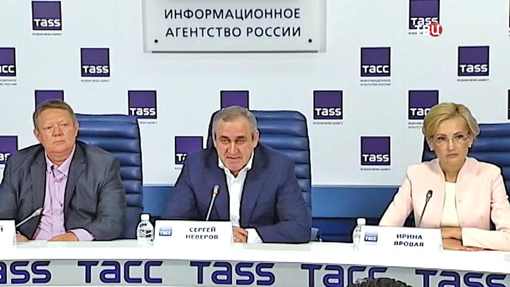Сергей Неверов и Ирина Яровая на пресс-конференции