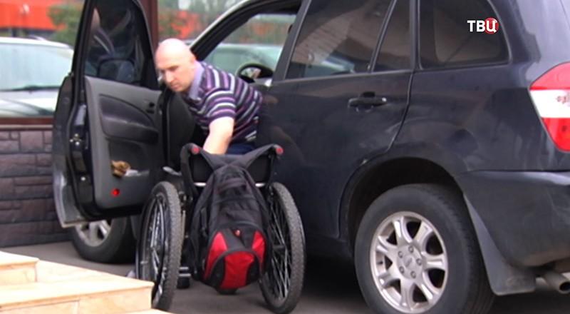 Инвалид садится в машину