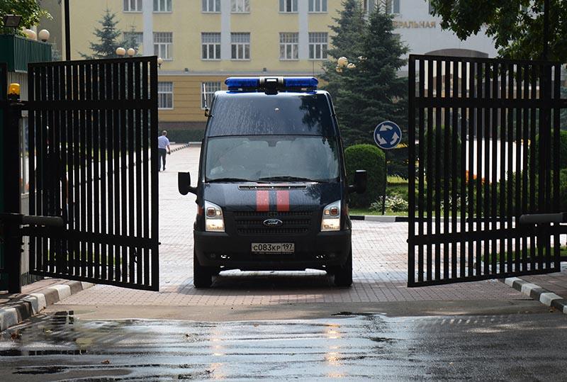 Автомобиль СКР выезжает с территории центрального офиса Федеральной таможенной службы