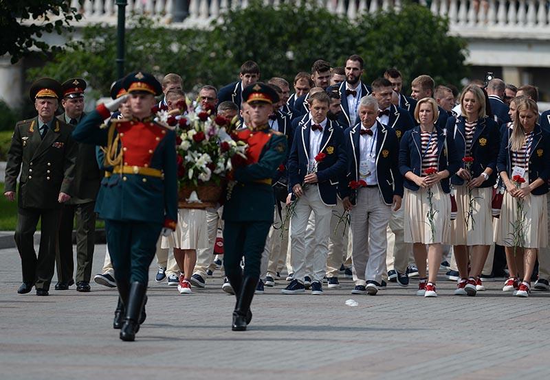 Церемония возложения цветов членами Олимпийской сборной России к Вечному огню в Александровском саду в Москве