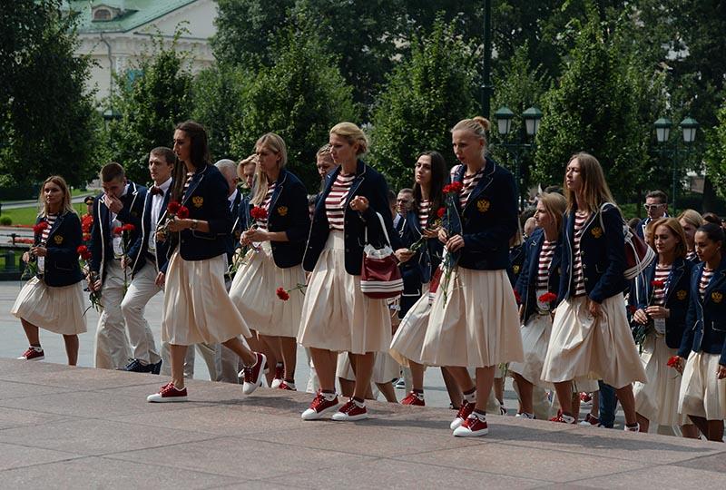 Члены олимпийской сборной России возлагают цветы к Вечному огню в Александровском саду в Москве