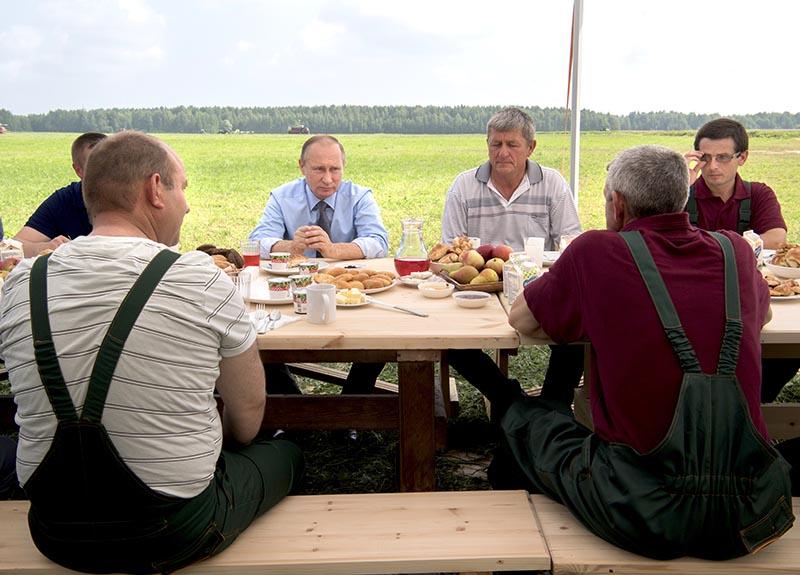 Президент России Владимир Путин общается с механизаторами