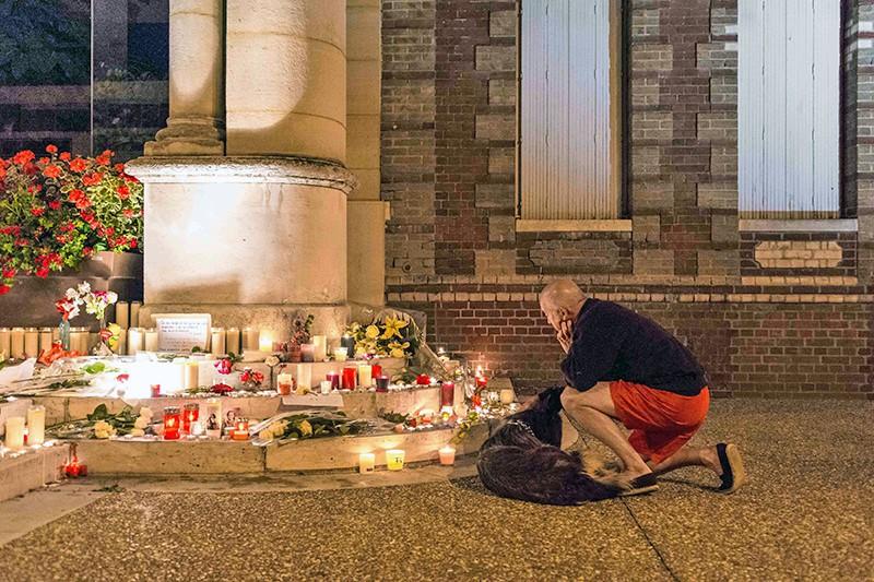 Свечи и цветы у церкви во Франции