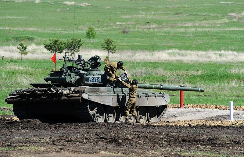Экипаж танка Т-72 выполняет упражнение на огневом рубеже соревнований