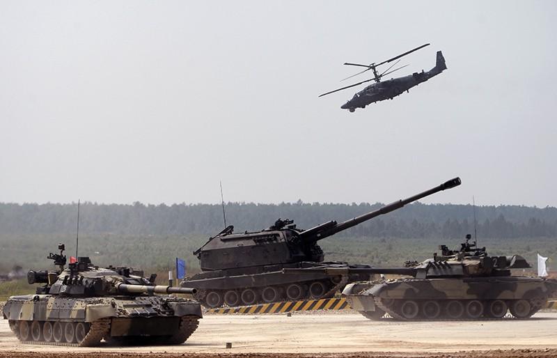 """Танки Т-80, самоходная артиллерийская установка (САУ) """"Мста-С"""" и боевой вертолет Ка-52 """"Аллигатор"""" на церемонии открытия """"Армейских международных игр - 2016"""""""