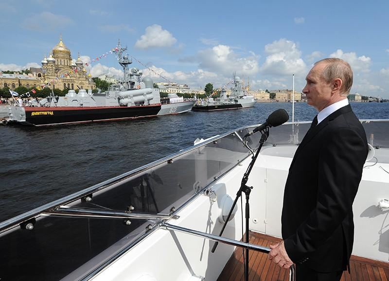 Президент России Владимир Путин на параде в честь Дня ВМФ на Сенатской площади в Санкт-Петербурге