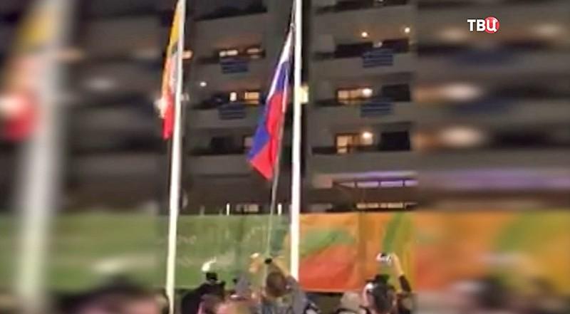 Флаг России над Олимпийской деревней в Рио