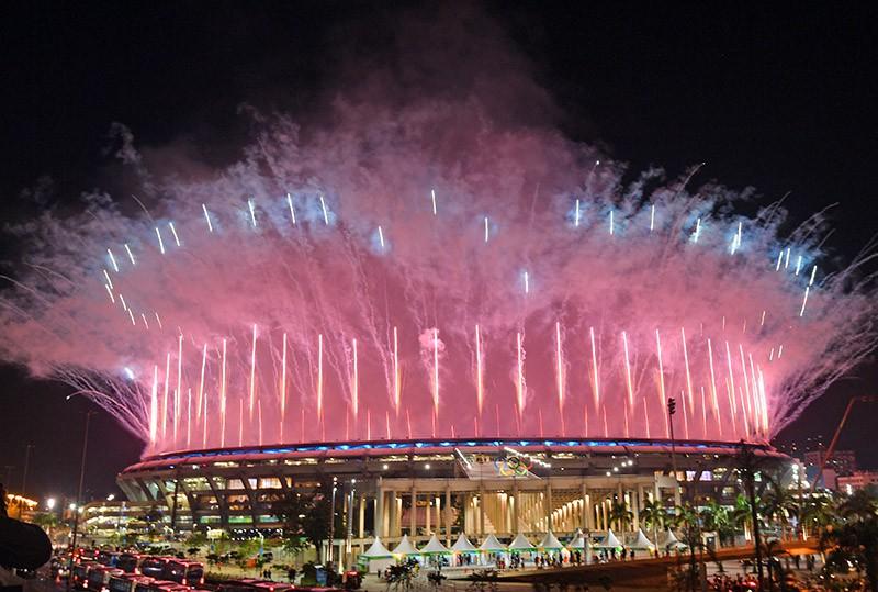 """Салют над стадионом """"Маракана"""" во время церемонии открытия XXXI летних Олимпийских игр в Рио-де-Жанейро"""