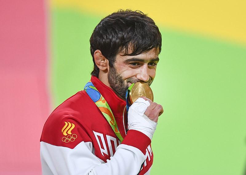 Беслан Мудранов (Россия), завоевавший золотую медаль в соревнованиях по дзюдо на XXXI летних Олимпийских играх