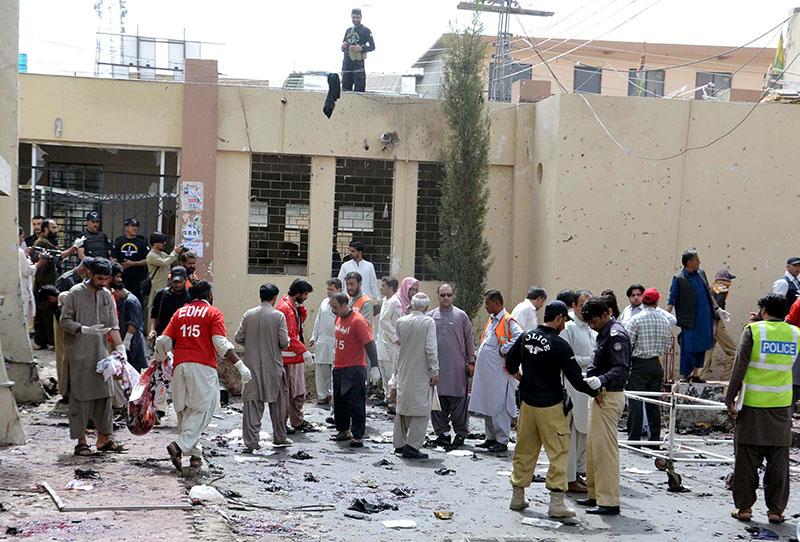Спасательная служба и полиция на месте взрыва в Пакистане