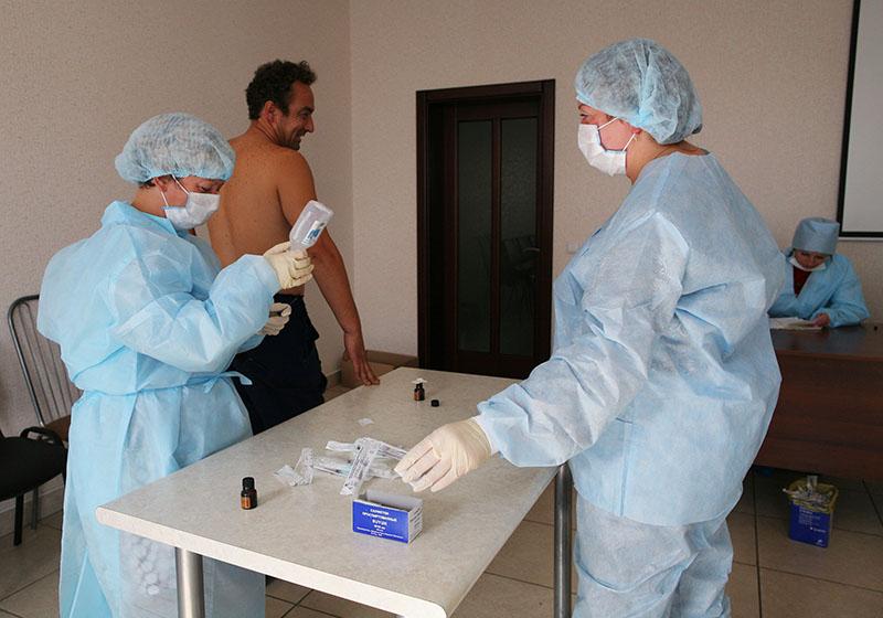 Медицинские работники проводят вакцинацию