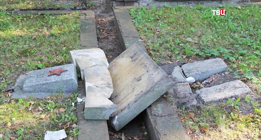 Оскверненное кладбище советских воинов в польском городе Кельце