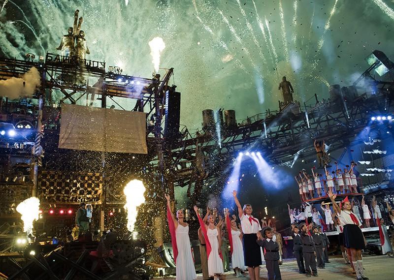 """Участники театрализованного представления """"Пятая империя"""" на международном ежегодном байк-шоу """"Ковчег спасения"""""""