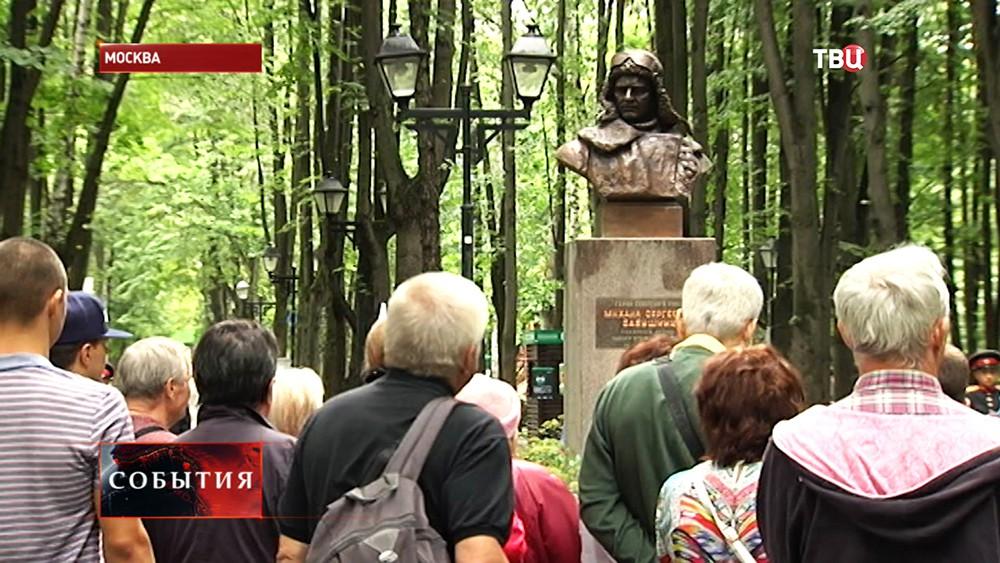 Бронзовый бюст летчику Михаилу Бабушкину