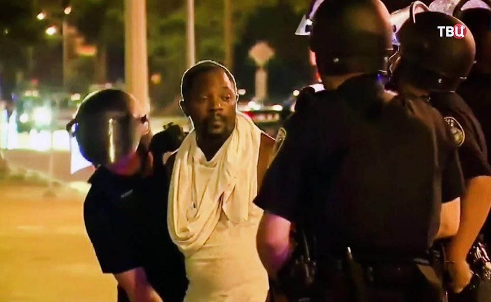 Полиция США задерживает афроамериканца
