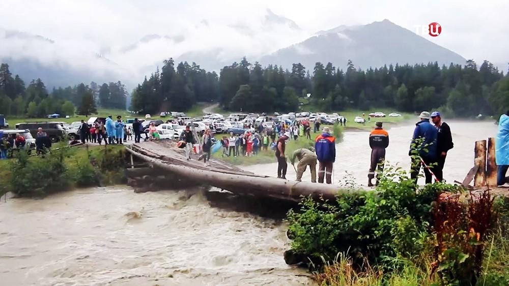 МЧС на месте разрушенного моста