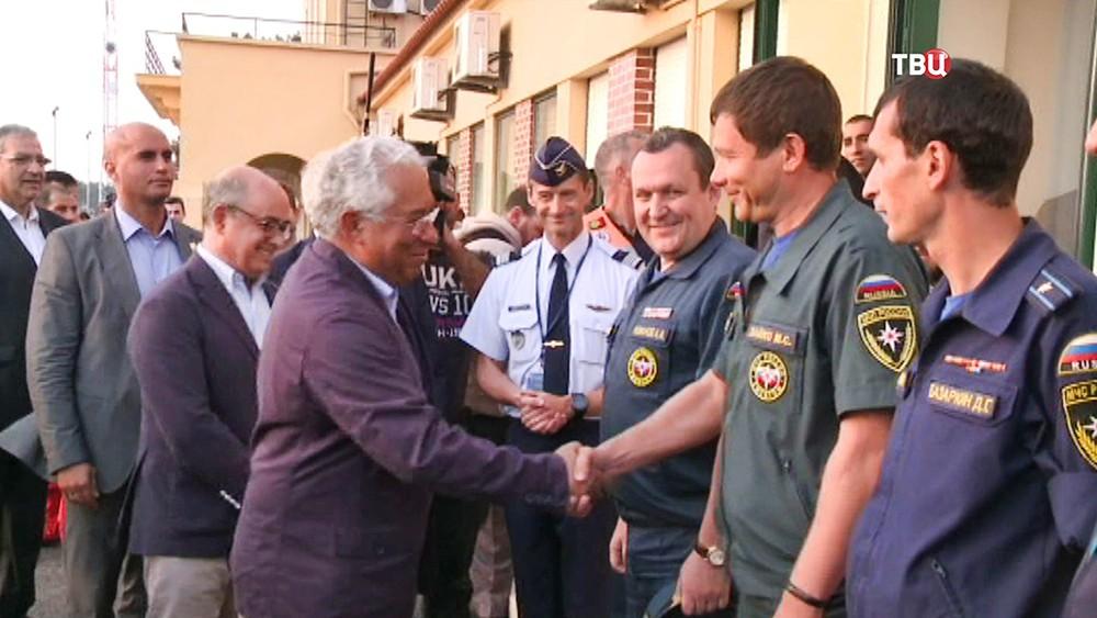 Представители Португалии благодарят спасателей МЧС России за помощь в тушении пожаров