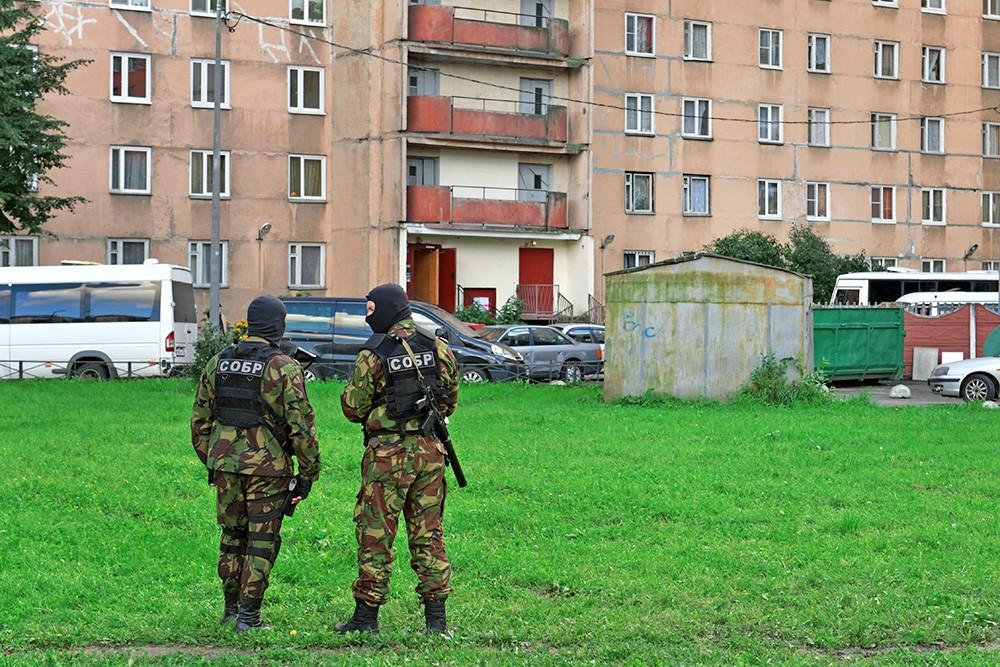 Сотрудники специального отряда быстрого реагирования у одной из многоэтажек Санкт-Петербурга