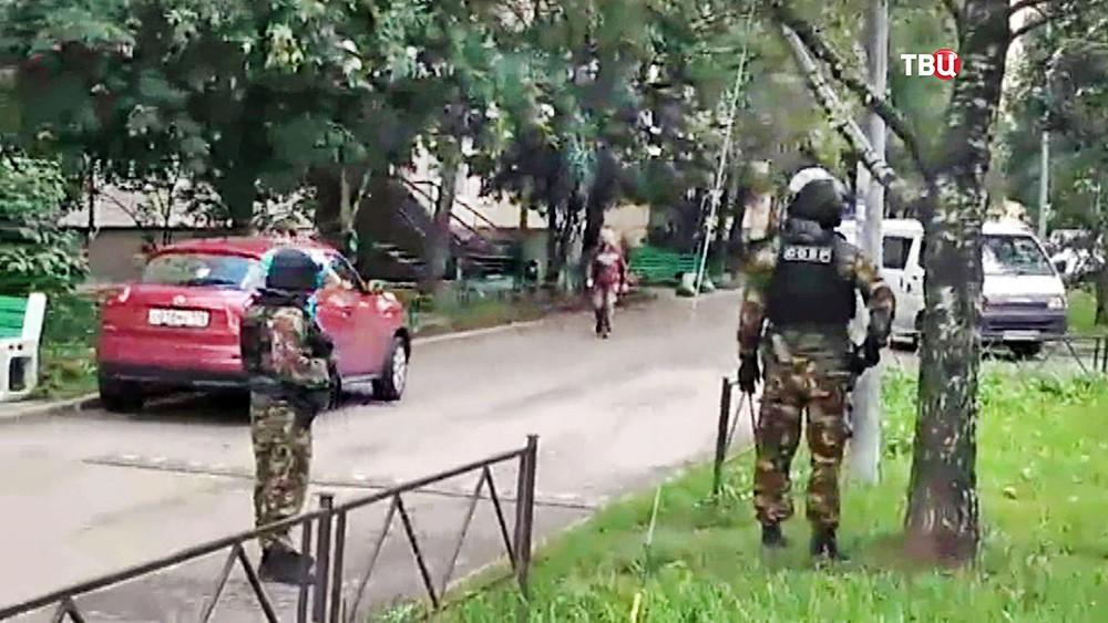 Бойцы СОБР проводят спецоперацию