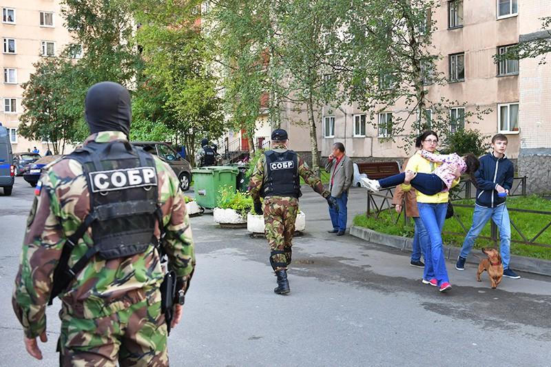 Бойцы СОБР проводят спецоперацию в Санкт-Петербурге