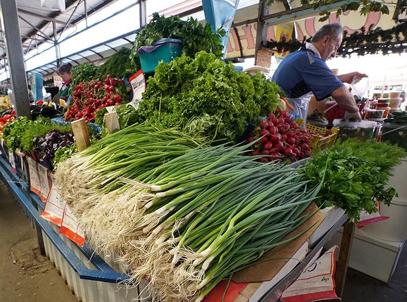 Продажа зелени и овощей на продовольственном рынке