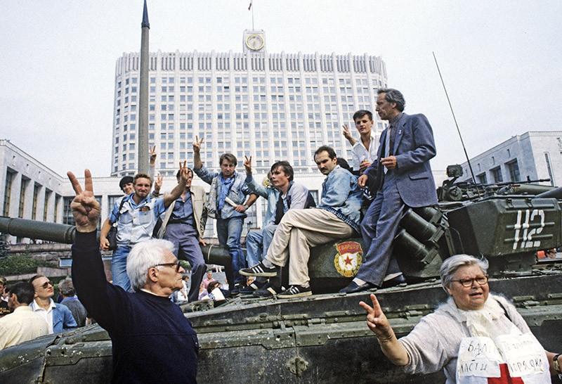 19 августа в Москве объявлено чрезвычайное положение, в город введены войска и техника. Защитники Белого дома